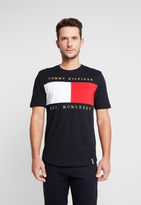 Tommy Hilfiger - FLAG CHEST EMBROIDERY RELAX TEE - T-shirt imprimé - blue - 0