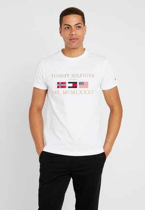 THREE FLAGS TEE - Print T-shirt - white