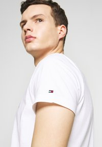 Tommy Hilfiger - T-shirt con stampa - white - 5