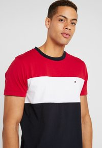 Tommy Hilfiger - COLOUR BLOCK TEE - Print T-shirt - red - 4