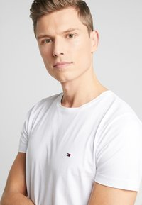 Tommy Hilfiger - DIAGONAL TEE - T-shirt con stampa - white - 3