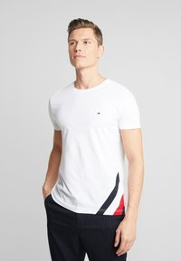 Tommy Hilfiger - DIAGONAL TEE - T-shirt con stampa - white - 0