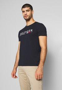 Tommy Hilfiger - Print T-shirt - blue - 0