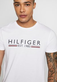Tommy Hilfiger - 1985 TEE - T-shirt con stampa - white - 5
