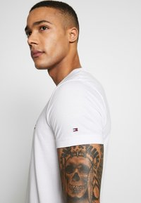 Tommy Hilfiger - 1985 TEE - T-shirt con stampa - white - 3
