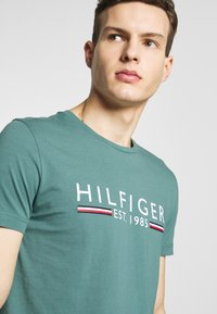 Tommy Hilfiger - 1985 TEE - T-shirt con stampa - green - 4