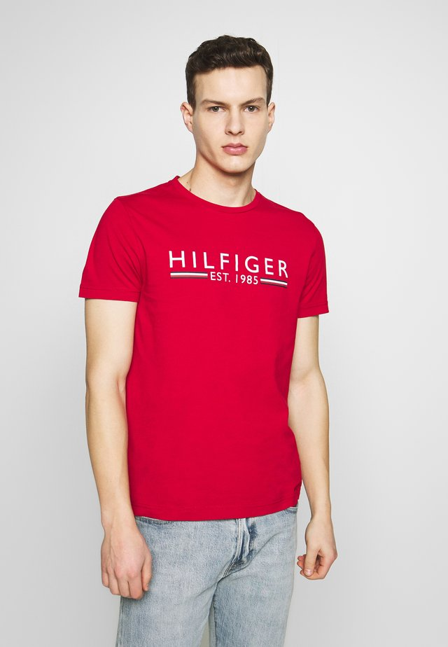 1985 TEE - T-shirt con stampa - red