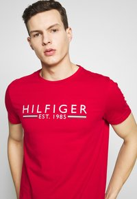 Tommy Hilfiger - 1985 TEE - T-shirt con stampa - red - 4