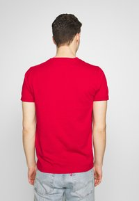 Tommy Hilfiger - 1985 TEE - T-shirt con stampa - red - 2