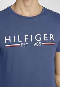 Tommy Hilfiger - 1985 TEE - T-shirt con stampa - blue - 4
