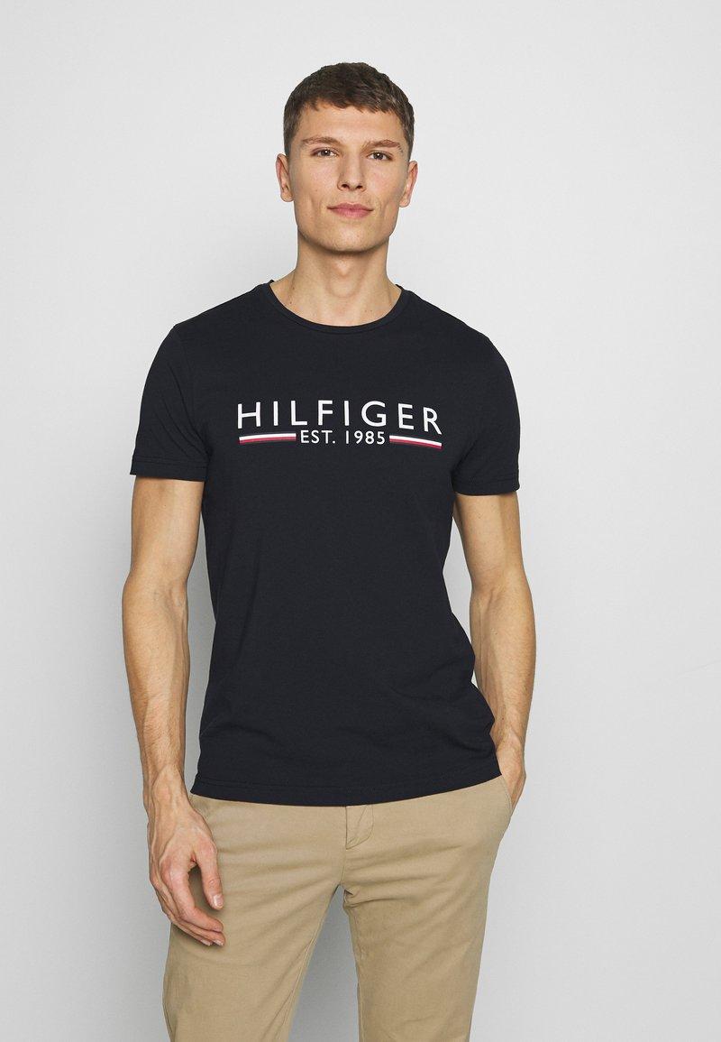 Tommy Hilfiger - 1985 TEE - Print T-shirt - blue