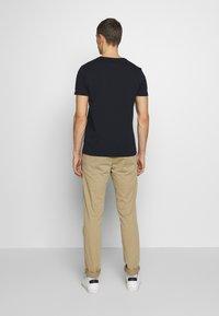 Tommy Hilfiger - 1985 TEE - Print T-shirt - blue - 2