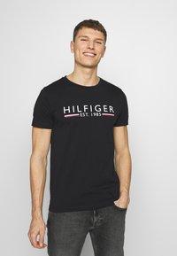 Tommy Hilfiger - 1985 TEE - T-shirt med print - black - 0