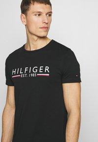 Tommy Hilfiger - 1985 TEE - T-shirt med print - black - 4