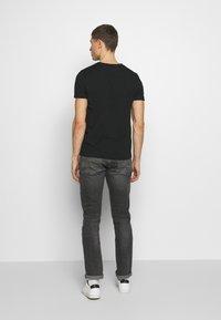 Tommy Hilfiger - 1985 TEE - T-shirt med print - black - 2