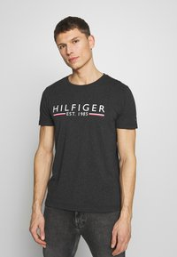 Tommy Hilfiger - 1985 TEE - Camiseta estampada - grey - 0