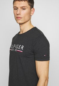 Tommy Hilfiger - 1985 TEE - Camiseta estampada - grey - 4