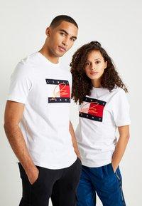 Tommy Hilfiger - LEWIS HAMILTON SIGNATURE RWB LOGO TEE - Print T-shirt - white - 0