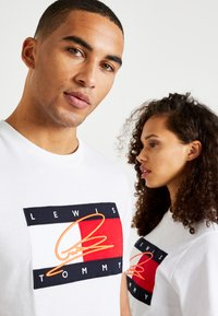 Tommy Hilfiger - LEWIS HAMILTON SIGNATURE RWB LOGO TEE - Print T-shirt - white - 5