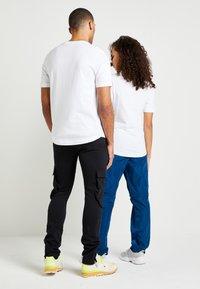 Tommy Hilfiger - LEWIS HAMILTON SIGNATURE RWB LOGO TEE - Print T-shirt - white - 2