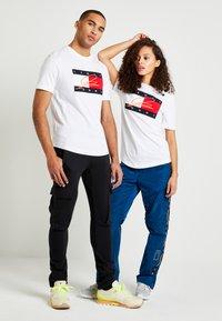 Tommy Hilfiger - LEWIS HAMILTON SIGNATURE RWB LOGO TEE - Print T-shirt - white - 1