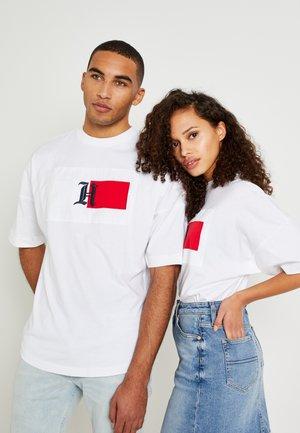 LEWIS HAMILTON OVERSIZED LOGO TEE - T-shirt print - white