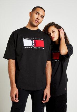 LEWIS HAMILTON OVERSIZED LOGO TEE - T-shirt con stampa - black
