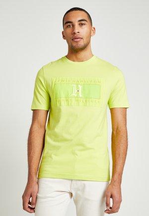 LEWIS HAMILTON LOGO TEE - T-shirt print - yellow