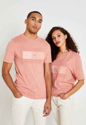 LEWIS HAMILTON LOGO TEE - Camiseta estampada - pink