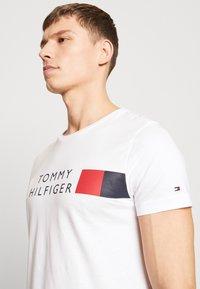 Tommy Hilfiger - Camiseta estampada - white - 3