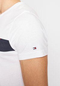 Tommy Hilfiger - Camiseta estampada - white - 5