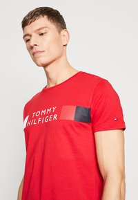 Tommy Hilfiger - T-shirt con stampa - red - 3