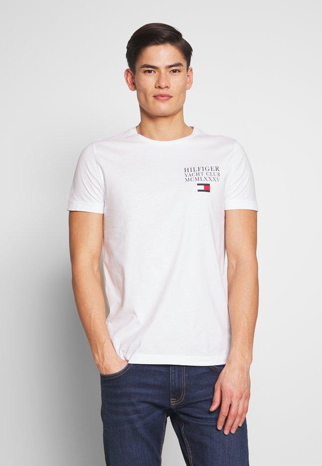 YACHT CLUB TEE - T-shirt z nadrukiem - white