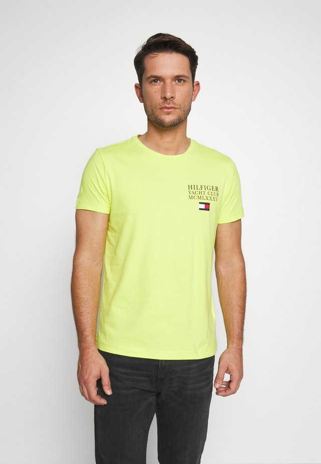 YACHT CLUB TEE - Camiseta estampada - green