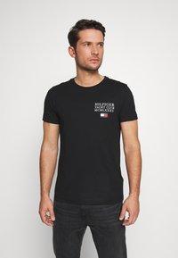 Tommy Hilfiger - YACHT CLUB TEE - Camiseta estampada - black - 0