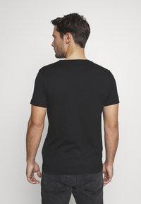 Tommy Hilfiger - YACHT CLUB TEE - Camiseta estampada - black - 2