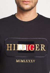 Tommy Hilfiger - ICON ROPE FRAME RELAX TEE - T-shirts print - blue - 4