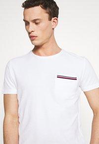 Tommy Hilfiger - T-shirt z nadrukiem - white - 4