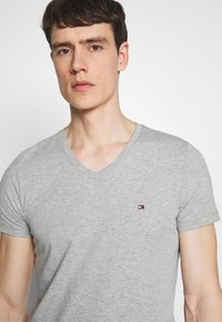 Tommy Hilfiger - STRETCH SLIM FIT VNECK TEE - T-shirt basic - grey - 3