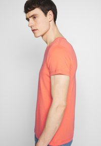 Tommy Hilfiger - STRETCH SLIM FIT VNECK TEE - T-shirt basic - orange - 3