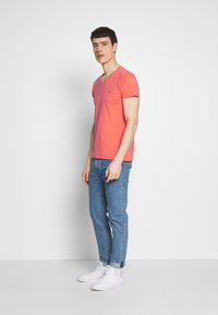 Tommy Hilfiger - STRETCH SLIM FIT VNECK TEE - T-shirt basic - orange - 1