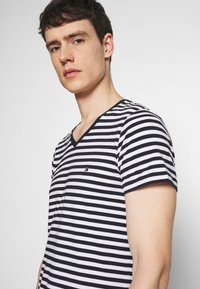 Tommy Hilfiger - STRETCH SLIM FIT VNECK TEE - T-shirt basique - blue/white - 3