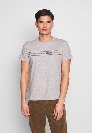 CORP TEE - Print T-shirt - grey