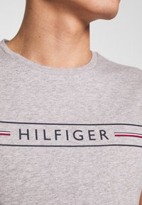 Tommy Hilfiger - CORP TEE - T-shirt con stampa - grey - 4