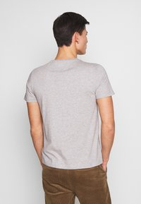 Tommy Hilfiger - CORP TEE - T-shirt con stampa - grey - 2