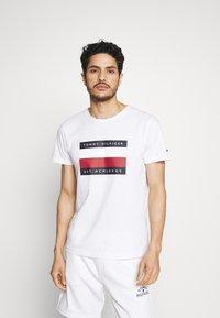 Tommy Hilfiger - CORP STRIPE BOX TEE - T-shirt print - white - 0