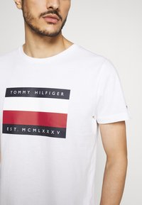 Tommy Hilfiger - CORP STRIPE BOX TEE - Print T-shirt - white - 4