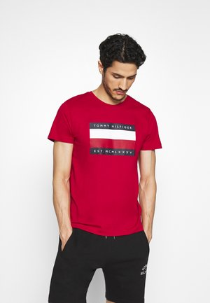 CORP STRIPE BOX TEE - T-shirt z nadrukiem - red