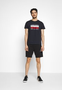 Tommy Hilfiger - CORP STRIPE BOX TEE - T-shirt z nadrukiem - blue - 1