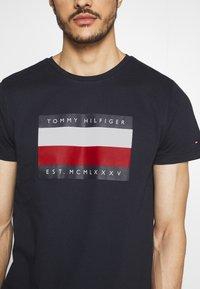 Tommy Hilfiger - CORP STRIPE BOX TEE - T-shirt z nadrukiem - blue - 4